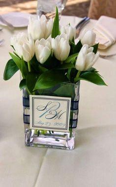 Tischdeko mit Tulpen - festliche Tischdeko Ideen mit Frühligsblumen White Tulip Centerpiece with monogram – Do the same but with different flowers – perhaps hydrangeas