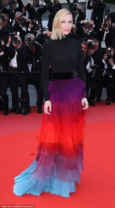 Fading: Cate Blanchett continued to wow the style brigade as she arrived to the premiere of Spike Lee's BlacKkKlansma, on Monday night at the Palais des Festivals in a multi-coloured ruffled full-length gown which disappeared into the carpet Cate Blanchett, Star Fashion, Fashion News, Tokyo Fashion, High Fashion, Fashion Trends, Optical Illusion Dress, Mode Alternative, Fiestas Party