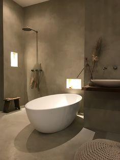 Beton cire in badkamer op de wanden en de vloer