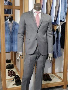"""Costumul gri, alaturi de cel negru si cel bleumarin, este unul din cele trei costume esentiale din garderoba oricarui barbat care se respecta. Intrucat vara si-a intrat in drepturi, costumul gri devine cel mai """"purtabil"""" dintre toate cele trei mentionate mai sus intrucat poate face mai usor suportabile temperaturile ridicate. In functie de accesoriile pe care le adaugam costumului, acesta poate fi purtat aproape in toate ocaziile: la birou, la o intalnire de afaceri, la o petrecere dupa… Anton, Suit Jacket, Breast, Suits, Jackets, Fashion, Down Jackets, Moda, Fashion Styles"""