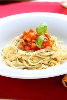 Spaghetti z bazylią i sosem warzywnym