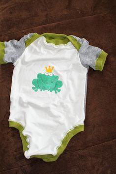Babybody aus 2 alten Shirts / Bodysuit for babies made of 2 old shirts Old Shirts, Baby Makes, Onesies, Bodysuit, Babies, Clothes, Fashion, Repurpose, Kids