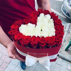 """The Prestige Roses España on Instagram: """"NUESTRO CAJAS ROJAS LIMITADAS ❤️ ACERCA #sanvalentin❤️ Puede ser un regalo más hermoso para #sanvalentin? ❤️ Caja grande de rosas…"""" Love Box, Birthday Cake, Grande, Flow, Desserts, Instagram, Chocolate Roses, Red, Crates"""