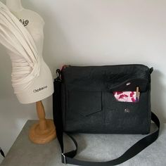 Besace Zip-Zip en simili noir cousue par Les ID du CHAS Couture et Création - Patron Sacôtin
