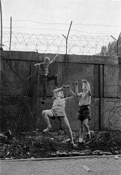 Hoepker, Thomas - Kinder spielen an der Berliner Mauer, Wedding, Bernauer Straße, 1960er Jahre