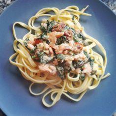 Pastasaus met zalm en spinazie