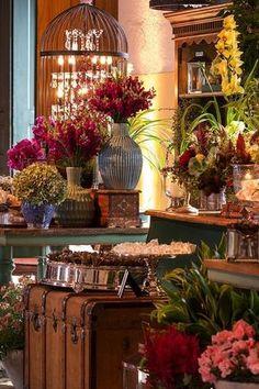 Mesa de does multicolorida, rústica e chique. doces dispostos em travessas de prata e malas. Foto: Julia Ribeiro