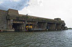 Bases de submarinos U-Boot Keroman en Lorient    La base de submarinos U-Boot «Keroman» está ubicada en la ciudad portuaria de Lorient. El Gran Almirante Karl Doenitz decidió construir en esta ciudad francesa una base el 28 de junio de 1940. Ya en julio llegó el primer submarino y para el resto de la guerra se convertiría en la base más grande y activa de la Kriegsmarine. Entre febrero de 1941 y enero de 1942 se levantaron tres gigantescas estructuras de hormigón en la península de Keroman.