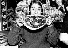 Kurt Cobain of Nirvana eating an entire pepperoni pizza! Nirvana Kurt Cobain, Kurt Cobain Photos, Nirvana Band, Smells Like Teen Spirit, Liza Minnelli, Sean Penn, Katharine Hepburn, Dave Grohl, Iggy Pop