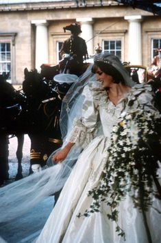 Diana, Princess of Wales in wedding gown designed by the Emanuel's Princess Diana Wedding Dress, Princess Diana Death, Princess Diana Fashion, Princess Diana Family, Princess Of Wales, Lady Diana Spencer, Princesa Diana, Diana Williams, Charles And Diana