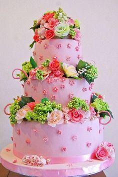 Pastel de boda de color rosa y rosas de azúcar