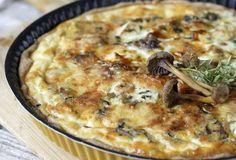 Nypi jauhot, leivinjauhe ja voi muruseokseksi. Lisää muna ja sekoita nopeasti. Painele taikina piirakkavuokaan ja pistä viideksi minuutiksi 225-asteiseen uuniin. Ota uunista odottamaan täytettä. Silppua sellaiseen käytettävät sienet, esimerkiksi kantarellit, tatit, lampaankääpä tai suppilovahverot tai mustat torvisienet ja kuumenna pannulla omassa liemessään. Silppua sipuli ja lisää sienien joukkoon. Anna kiehahtaa. Levitä sienet paistospohjalle. Mausta kepeästi …