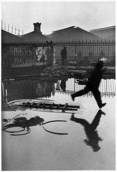 """Henri Cartier Bresson trata de conservar en la fotografía la energía de la acción, algo que él denomina """"lo explosivo-fijo"""". Es su versión de Planificación Espontánea.  Aquí, """"Behind the Gare Saint-Lazare"""""""