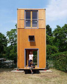 """貨物コンテナサイズを垂直に使う 2011年にイタリアでうまれた「HomeBox」と呼ばれるミニマムハウス。 この家は国際標準寸法で定められた貨物コンテナの大きさ。 垂直に""""建築""""できる面積さえ見つかれば、どこでも一時的に配置することができます。 木製なのは、安く簡単に修理ができるという利点と、快適さと環境への配慮から。 1階にはダイニングキッチンとサニタリールーム、パントリー。 2階が寝室となっていて、好みで3階を追加することも可能です。 緊急時の緊急避難所として、また、ワールドカップやオリンピックなどのホテルなど、大きなイベント時の利用も考えられているとか。 様々な場面で活用されていきそうなミニマムハウスです Via:archdiary"""