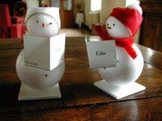 marque places Bonhommes de neige, faciles à réaliser, 2 boules de polystyrène, unpetit peu de ruban et une touche de coton