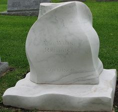 Headstone of Texas governor Ann Richards Tombstone Epitaphs, Texas Governor, Grave Markers, Famous Graves, Celebrity Deaths, Democratic National Convention, Cemetery Art, Graveyards