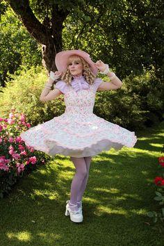Moi ihanaiset ♡ Tapasimme vielä loppukesän lämpöisillä keleillä Hatanpään arboretumissa ja käytiin ottamassa kuvia ruusutarhassa. Ol... Style Lolita, Gothic Lolita, Gothic Girls, Pretty Outfits, Pretty Dresses, Cute Outfits, Brolita, Cute Fashion, Emo Fashion
