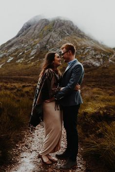 These perfectly wild portraits in Scotland feature a foggy, moody backdrop and sophisticated yet outdoorsy outfit inspiration.