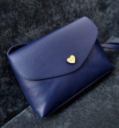Bolsa Transversal Envelope Coração azul marinho