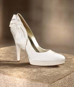 Zapato clásico en color blanco para novia modelo Candice con detalle de moño en el costado - Foto `Pronovias