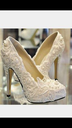 Pearls and lace for classy bridal footware!