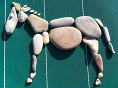 How to Draw a Simple Rose: Featured Image Pebble Mosaic, Stone Mosaic, Mosaic Rocks, Stone Crafts, Rock Crafts, Pebble Stone, Stone Art, Pebble Painting, Stone Painting