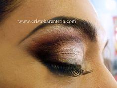 Maquillaje de ojos con Negro, marron o cafe oscuro, blanco perlado, rojos, ceja marcada, pestania postiza