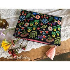No photo description available. Embroidery Purse, Hand Embroidery Stitches, Ribbon Embroidery, Embroidery Applique, Cross Stitch Embroidery, Embroidery Patterns, Stitch Patterns, Fabric Bags, Card Envelopes