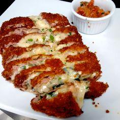 Cão Véio - FILA BRASILEIRO Campeão de vendas do Cão Véio. Filet mignon empanado na farinha Panko, recheado com queijo gruyere e gorgonzola. Acompanha tomate picante.