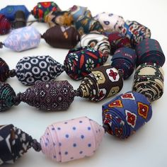 Cecile Bertrand Rolled beads (printed silk from ties), cotton lace, length Paper Jewelry, Textile Jewelry, Fabric Jewelry, Jewelry Art, Beaded Jewelry, Jewellery, Fabric Beads, Paper Beads, Fabric Art