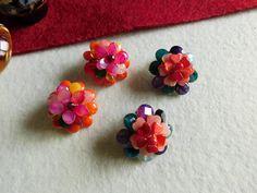 """Cercei clipsuri """"Ziua Fericirii"""" din colecția de primăvară """"Mărgăritare picurate din streșinile primăverii"""" /Flori de piatră Bijoux-Didina Sava. Cerceii sunt confecționați din bănuți de agat, coral, jad, peridot, cuarț roz, carneol, rodocrozit, citrin, inimioare de sidef, mărgeluță de granat și coral. Agate, Coral, Stud Earrings, Album, Jewelry, Jewerly, Jewlery, Stud Earring, Schmuck"""
