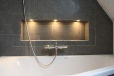 Badkamer IJmuiden verlichte nis achter het bad