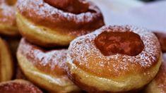 Vajon miért épp a fánk lett a farsangi eledel, és hogyan készíthetünk mi is otthon igazi szalagos fánkot? A pontos leírás, a trükkök a cikkben találhatók! Doughnut, Food And Drink, Smoothie, Pizza, Smoothies