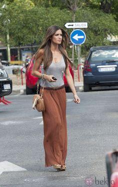 Sara Carbonero con falda larga color teja