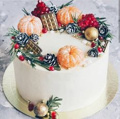 It's time to turn your attention to a Christmas cake. Christmas cake only needs to add a little crea Christmas Cake Decorations, Christmas Desserts, Christmas Treats, Christmas Baking, New Year Cake Decoration, Chocolate Christmas Cake, Christmas Cake Designs, Birthday Decorations, Cupcake Cake Designs