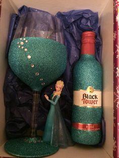 Elsa frozen glittered wine glass and matching wine. Birthday Nails, 13th Birthday, Disney Wine Glasses, Wine Glass Crafts, Disney Diy, Craft Business, Elsa Frozen, Holidays, Bottle