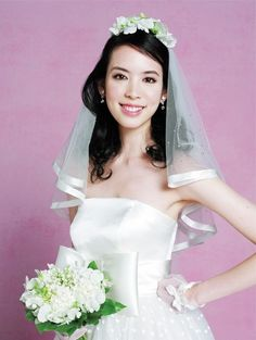 ロマンティックなドレスに小花とエアリーなヘアを合わせて|ヘアメイクカタログ|ザ・ウエディング