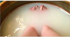 Epsom Salt Bath Pulls Toxins Out Of The Body, Improves Muscle And Nerve Function, Reduces Inflammation And Improves Blood Flow - The Chamomile Foot Detox Soak, Epsom Salt Bath, Bath Salts Recipe, Body Detoxification, Muscle And Nerve, Muscle Function, Circulation Sanguine, Detox Your Body, Sore Muscles