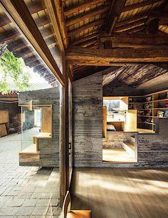 V interiéru se hezky doplňují recyklované materiály s moderními. Obyvatelé tak mají příjemný pocit kombinace toho, co důvěrně znají s novými elementy.