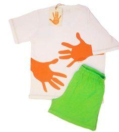 Ótimo presente para o seu pai. Pijama com camisa branca, de malha ultra macia, com silk Abrace nas costas, e short verde.