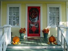 I think the front door needs a new, brighter color (maybe not red but something . I think the front door needs a new, brighter color (maybe not red but something similar) Yellow House Exterior, Exterior Trim, House Paint Exterior, Exterior Paint Colors, Farmhouse Paint Colors, Modern Farmhouse Exterior, Farmhouse Front, Farmhouse Design, Farmhouse Style
