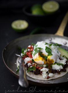 Huevos rancheros on meksikolainen aamiaisklassikko. Reseptejä on yhtä monta kuin kokkeja.