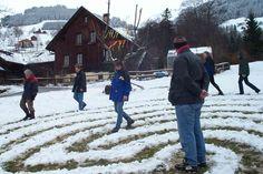 Labyrinth-Weg im Schnee. Outdoor geht zu jeder Jahreszeit!