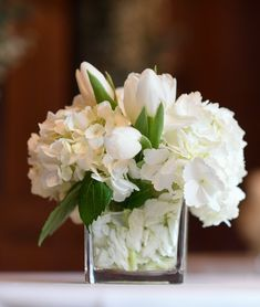 Simple flower centerpiece for cocktail table with white tulips and white hydrang. Square Vase Centerpieces, White Flower Centerpieces, White Flower Arrangements, Wedding Table Centerpieces, Table Flowers, Simple Centerpieces, White Tulips, White Flowers, White Hydrangeas