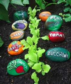 Painted Stone Garden Markers for the Vegetable Garden So cute! And so easy to paint flat rocks with bright acrylics to make them function as durable plant markers. Find the how-tos at Garden Therapy. Garden Crafts, Garden Projects, Garden Art, Garden Design, Art Projects, Garden Villa, Garden Painting, Garden Cottage, Kid Garden