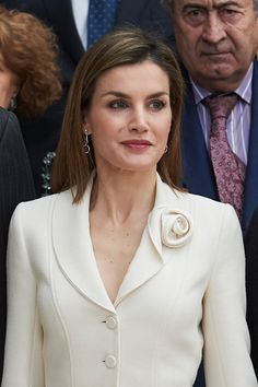 Queen Letizia of Spain Photos - Queen Letizia of Spain visits the El Prado Museum on 2016 in Madrid, Spain. - Spanish Royals Visit The Prado Museum Couture Fashion, Hijab Fashion, Fashion Dresses, Dress Neck Designs, Blouse Designs, Iranian Women Fashion, Womens Fashion, Museum Outfit, Looks Kate Middleton
