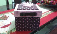 Linda caixa surpresa para presentear aquela pessoa querida em várias ocasiões seja aniversário, amigo oculto, dia das mães, dia dos pais, namorados, dia do amigo, enfim, use sua criatividade. Fazemos a caixa recheada com coisas gostosas e ainda uma caneca super charmosa de presente ou se preferir fazemos a caixa vazia para você recheá-la com o que preferir, inclusive chocolates ou algo mais especial.  A caixa recheada - 69,90  Somente a caixa vazia - 37,90  Fazemos outras cores.