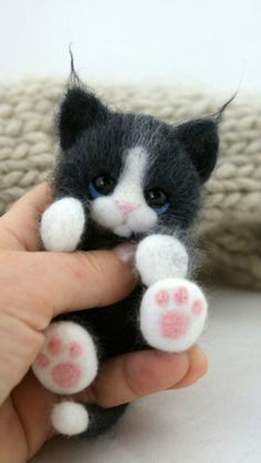 Fart filc i nie tylko: Koszyk szcześcia ;Cats Toys Ideas - Chat laine feutrée - Ideal toys for small catsThe sweetest little felt kittens - no instructions just the photo for inspirationI need this felted kitty in my life! Needle Felted Animals, Felt Animals, Crochet Animals, Crochet Toys, Wet Felting, Needle Felting, Cat Crafts, Arts And Crafts, Ideal Toys