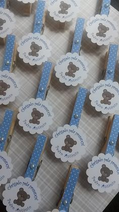 lembrancinha prendedor menino | Daniela Artesanatos | Elo7 Distintivos Baby Shower, Regalo Baby Shower, Shower Bebe, Baby Shower Games, Baby Shower Parties, Bear Theme, Baby Shawer, Baby Party, Baby Decor