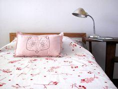 Mirá imágenes de diseños de Dormitorios de estilo moderno en rosa: Guindo una plaza. Encontrá las mejores fotos para inspirarte y creá tu hogar perfecto.